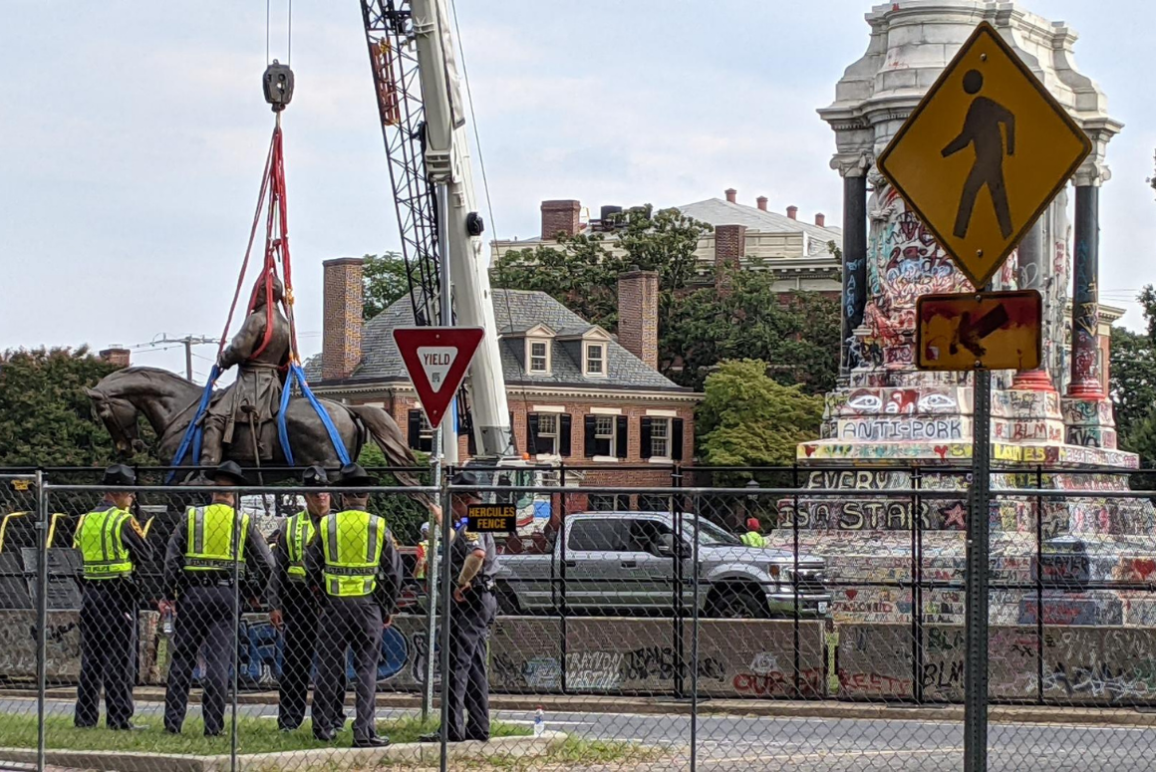 A photo of the Lee statue being removed.